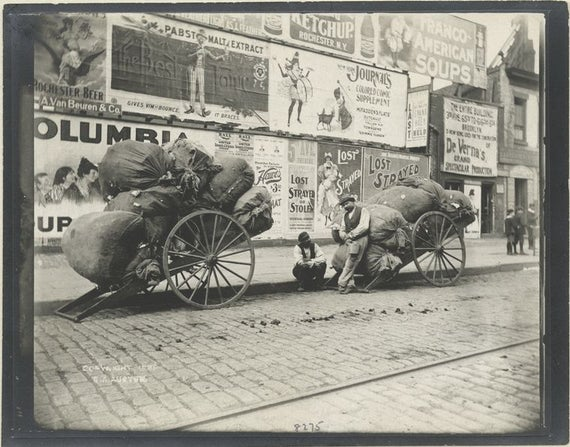 Малка част от събрания боклук в Ню Йорк, в годините след орткриването на първия център за сортиране на отпадъци в града през 1897 г