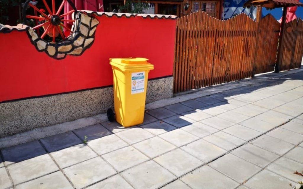 """Събирането """"от врата на врата"""" се е доказало като много по-ефективно от анонимните улични контейнери, считат еколозите."""